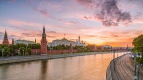 Färgrik soluppgång över MoskvaKreml Arkivbild