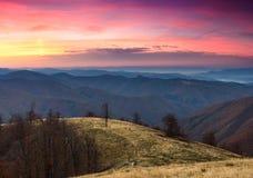Färgrik soluppgång i höstbergen Royaltyfria Bilder