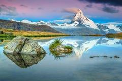 Färgrik soluppgång med det Matterhorn maximumet och Stellisee sjön, Valais, Schweiz royaltyfri fotografi