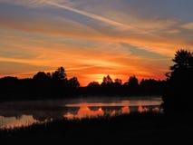Färgrik soluppgång nära floden, Litauen royaltyfria bilder