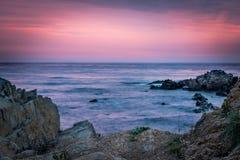 Färgrik soluppgånghorisont som beskådas från stranden, vaggar Royaltyfri Foto