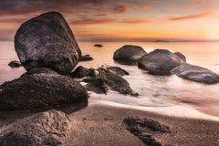 Färgrik soluppgånghorisont som beskådas från stranden, vaggar Royaltyfri Fotografi