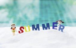 Färgrik sommar på vit sand med flickadockan på vit sand Royaltyfri Fotografi