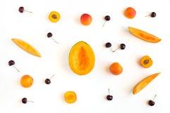 Färgrik sommarfruktmodell med melonskivor, aprikors och körsbär Arkivbilder