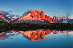 Färgrik sommarsikt av Mont Blanc Monte Bianco på bakgrund, Chamonix läge Härlig utomhus- plats i sommarfjällängar arkivfoto