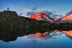 Färgrik sommarsikt av Mont Blanc Monte Bianco på bakgrund, Chamonix läge Härlig utomhus- plats i sommarfjällängar arkivfoton