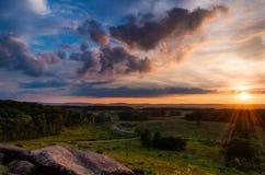 Färgrik sommarsolnedgång från lilla Roundtop i Gettysburg, Pennsylvania. Arkivbilder