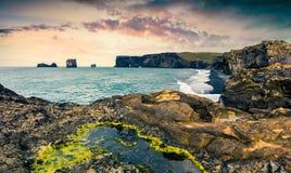 Färgrik sommarsolnedgång i den Dyrholaey naturen Reserv Royaltyfria Bilder