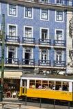 Färgrik spårvagn i Lissabon Arkivfoton