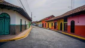 Färgrik spansk kolonial gata i Granada Royaltyfri Fotografi