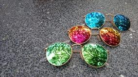 Färgrik spegelsolglasögon royaltyfri bild