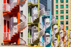 Färgrik spiral trappa av den Bugis byn Arkivbild