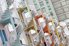 Färgrik spiral trappa av Singapore den Bugis byn Arkivbild