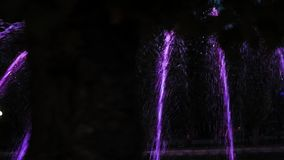 Färgrik springbrunn för natt med ljus effekt i semesterortstaden Ternopil Ukraina arkivfilmer