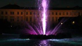 Färgrik springbrunn på den Mirabell slotten i Salzburg, Österrike, 2017 lager videofilmer