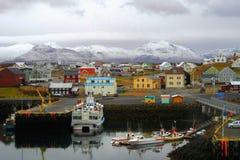 Färgrik stad med en port i Island royaltyfri foto