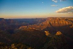 färgrik storslagen solnedgång för kanjon Arkivfoto
