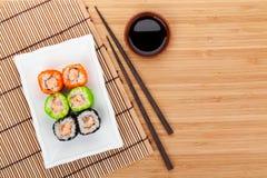 Färgrik sushimaki med tobiko Royaltyfri Foto