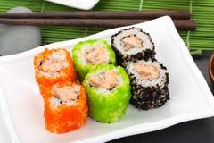 Färgrik sushimaki med tobiko Arkivbild