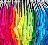 Färgrik t-skjorta på hängare Arkivbild
