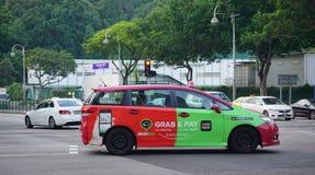 Färgrik taxi i Singapore Royaltyfria Foton