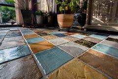 Färgrik tegelplattaplunch på golvet royaltyfria foton