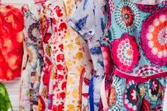 Färgrik textil i ett lager Arkivfoto
