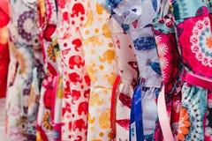Färgrik textil i ett lager Arkivbild