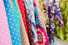 Färgrik textil i ett lager Royaltyfri Foto