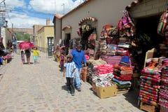 Färgrik textil sålde på gatan i Sydamerika royaltyfri bild