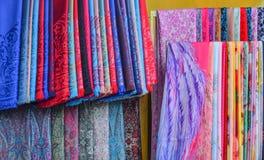 Färgrik textil som är till salu på en gatamarknad arkivfoto