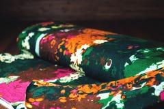 Färgrik textilrulle med blommor på trä Arkivbild