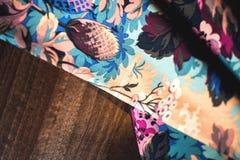 Färgrik textilrulle med blommor på trä Royaltyfri Fotografi