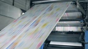 Färgrik tidning på en tryckkontorslinje, modern teknologi arkivfilmer