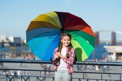 Färgrik tillbehör för gladlynt lynne Hon gillar ljus tillbehör Paraply för unge Dölja från problem Realitet och arkivbild