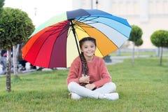 Färgrik tillbehör för gladlynt lynne Långt hår för flickabarn med paraplyet Färgrik åtföljande positiv påverkan brigham arkivfoto