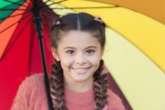 Färgrik tillbehör för gladlynt lynne Långt hår för flickabarn som går med paraplyet Optimistiskt stag som är positivt och färgrik royaltyfri fotografi