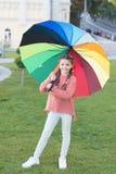 Färgrik tillbehör för gladlynt lynne Parkerar gå för hår för flickabarn långt med paraplyet Optimistiskt stag som är positivt och royaltyfri foto