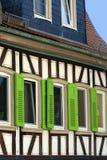färgrik timmer för inramnintt hus arkivfoton