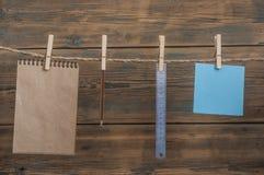 färgrik tom anmärkning, anteckningsbok, linjal och blyertspenna som hänger från cl arkivfoto