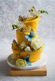 Färgrik topsy turvy bröllopstårta Royaltyfri Bild