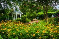Färgrik trädgård och gazebo i en parkera i Alexandria, Virginia Fotografering för Bildbyråer