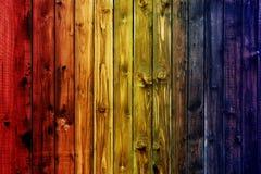 Färgrik trägräsplan för blå himmel för stakettabellen blå färgade valentin för bakgrund för suddighet för tabellhjärtablomman royaltyfri bild