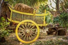 Färgrik trävagn med hö Arkivbilder