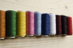 färgrik tråd Arkivfoto