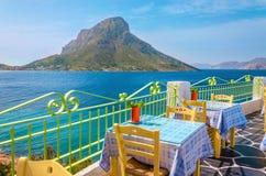 Färgrik traditionell grekisk restaurang med sikt på havet och remot Royaltyfria Bilder