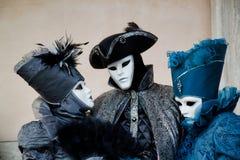 Färgrik triokarnevalsvart-blått maskering och dräkt på den traditionella festivalen i Venedig, Italien arkivbilder