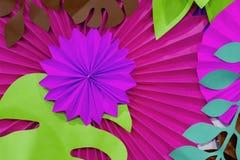 Färgrik tropisk bakgrund för pappers- blomma mångfärgade blommor och sidor som göras av papper royaltyfri fotografi