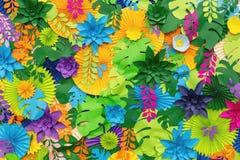 Färgrik tropisk bakgrund för pappers- blomma mångfärgade blommor och sidor som göras av papper royaltyfri bild