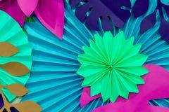 Färgrik tropisk bakgrund för pappers- blomma mångfärgade blommor och sidor som göras av papper royaltyfria foton